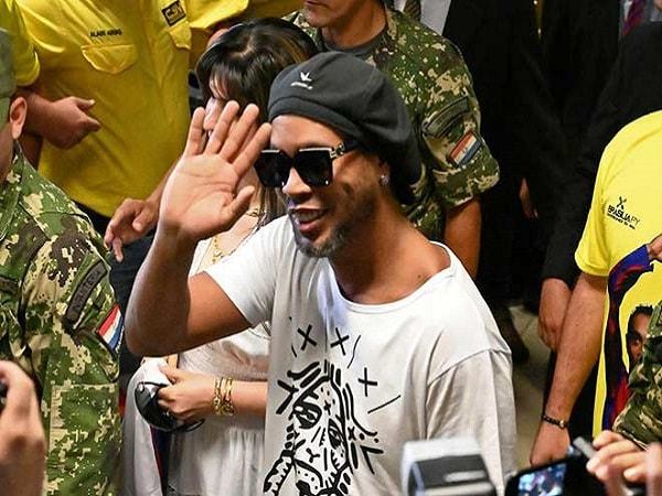 Ronaldinho sầu não trong tù-min