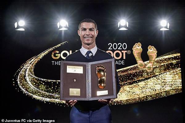 Ronaldo trở thành cầu thủ xuất sắc nhất thế kỷ tại Globe Soccer ở Dubai